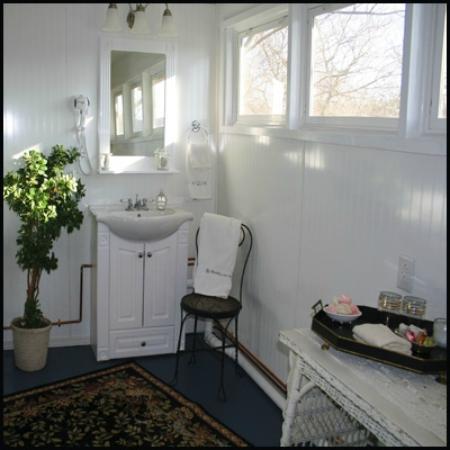 Chantilly Lace Inn: Chantilly Garden Suite, First floor bath