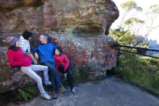 Katoomba Falls Tourist Park: Walking tracks commence opposite the Park with great views!