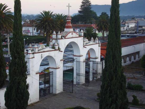 Amecameca, México: Blick vom Hoteldach: benachbarter Kirchhof, frühmorgens