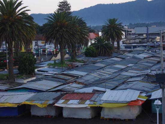 Amecameca, México: Blick vom Hoteldach: Süßigkeitenmarkt, frühmorgens