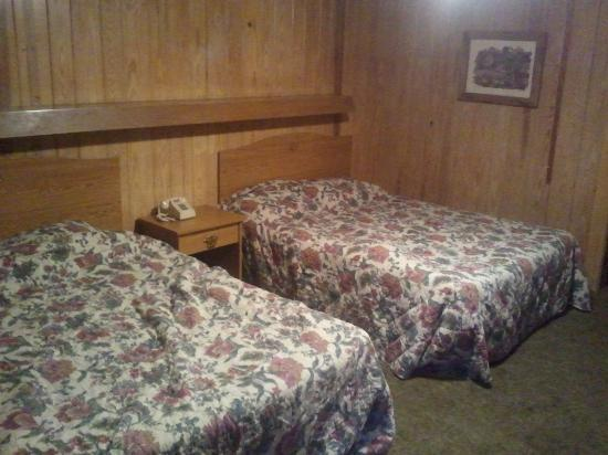 Bales Motel: The double queen beds.
