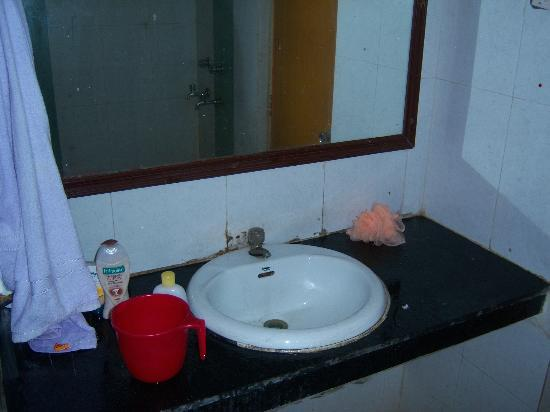 Hotel Keshari: Washbasin in toilet