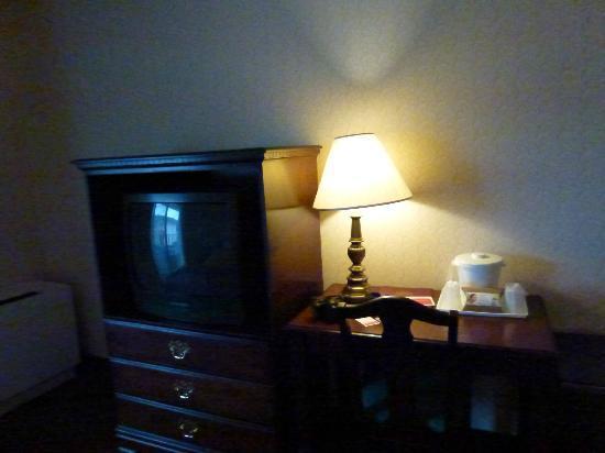 Quality Inn: TV in bedroom
