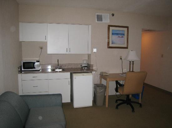 Virginia Beach Resort Hotel and Conference Center: kitchenette area in living room