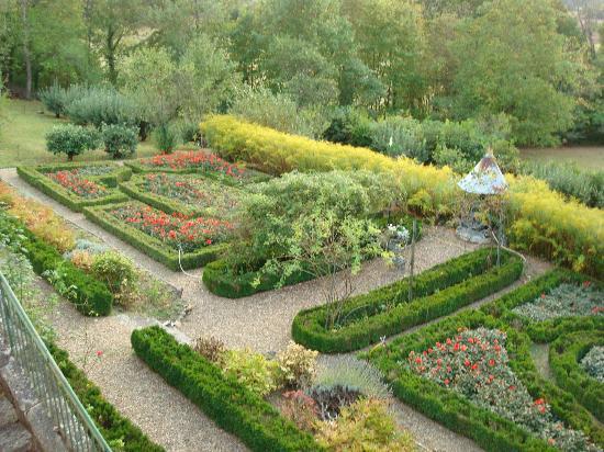 Hotel La Croix De Vernuche : overlooking the gardens