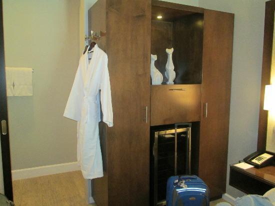 Almond Tree Inn: armoir