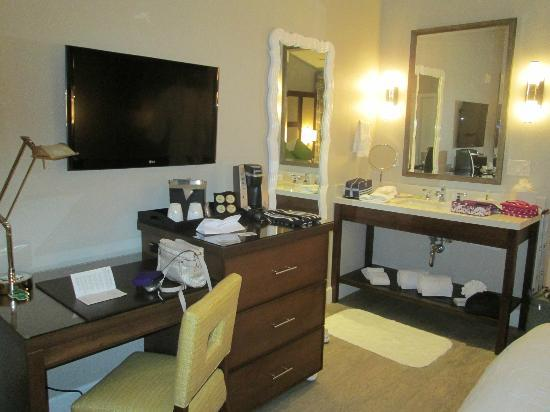 Almond Tree Inn: desk area