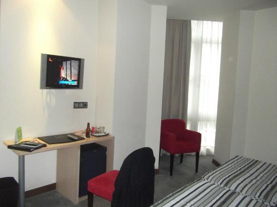 Abba Santander Hotel: Flat screen TV & minibar