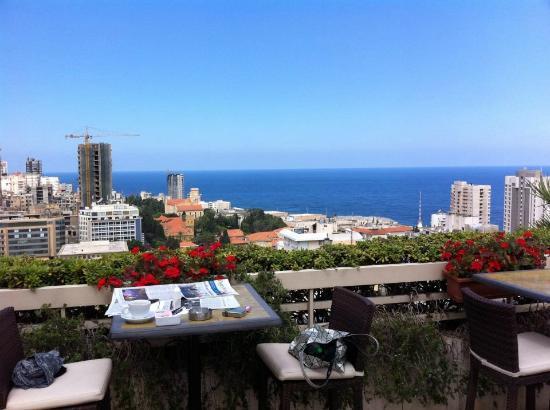 Gefinor Rotana Hotel: nice roof pool lounge for coffee and a swim!
