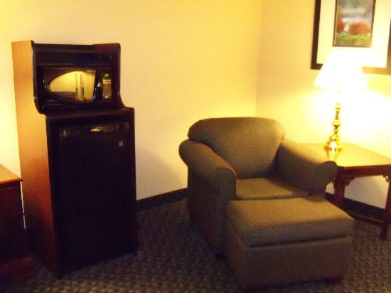 Hampton Inn Mount Airy: mini fridge/microwave chair in room