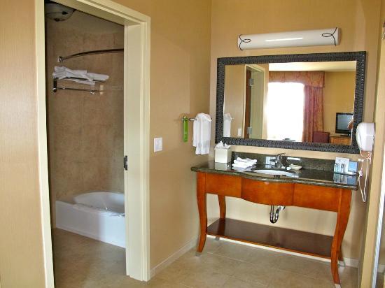Hampton Inn & Suites Coeur d'Alene: sepate sinks