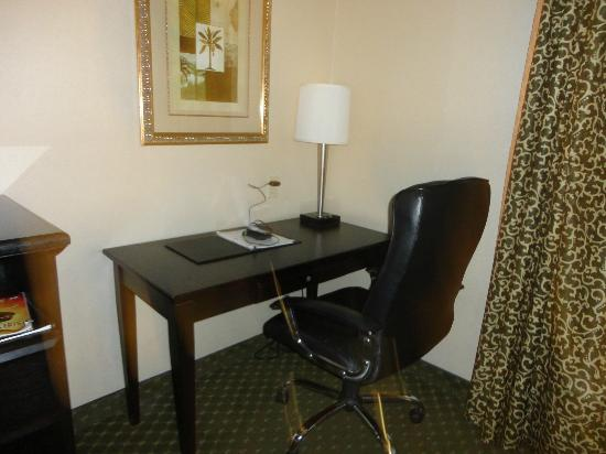 Avenue Hotel: Desk and Chair