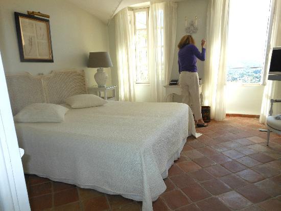 La Bastide Saint Antoine Jacques Chibois : Nice clean bedroom with terrific views