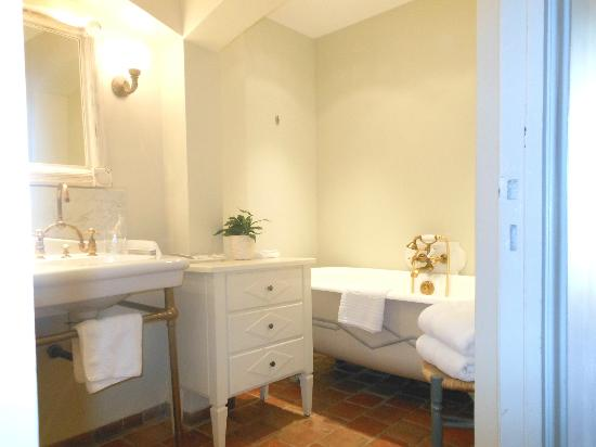La Bastide Saint Antoine Jacques Chibois: Terrific Clean Bathroom.Excellent shower and bath