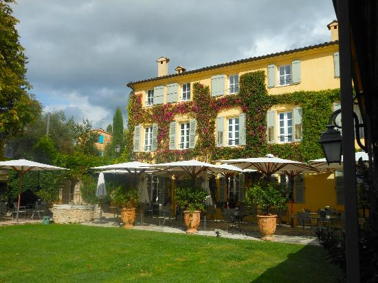 La Bastide Saint Antoine Jacques Chibois : A view of the backof the hotel and the windows of the rooms