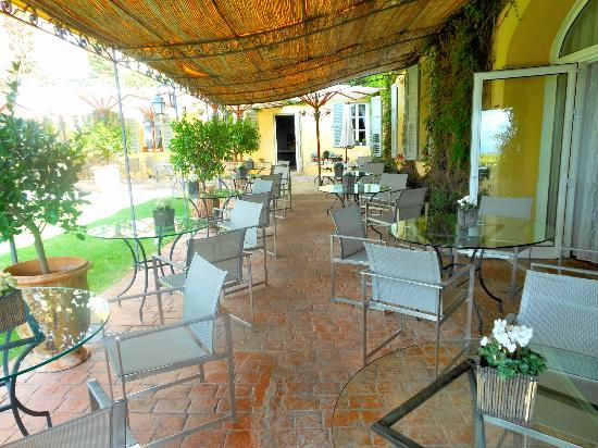 La Bastide Saint Antoine Jacques Chibois: The outdoor dining area