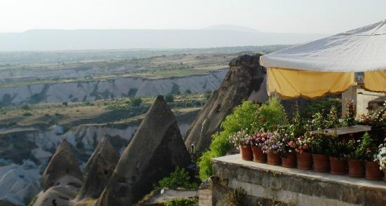 Takaev Cave Hotel & Guest House: Vue de la route