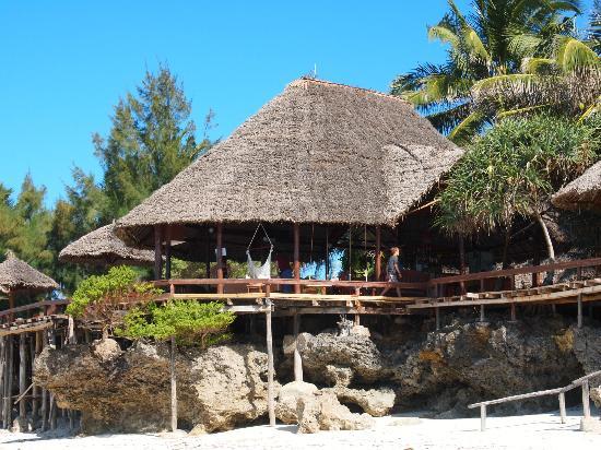 Mnarani Beach Cottages: The bar by the beach