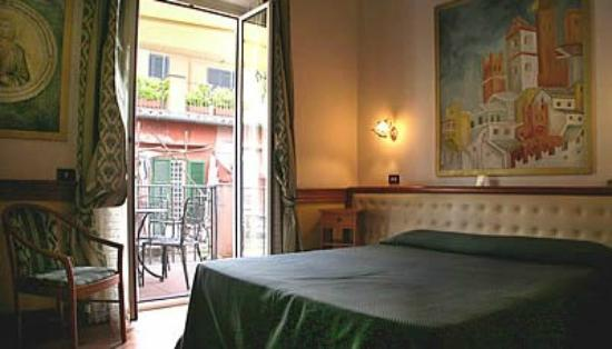 Il Piccolo di Piazza di Spagna: Here is a room at the hotel with a balcony that gets morning sun