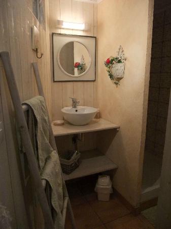 La Naomath: Baño. Detrás está la ducha y detrás el wc con una puerta