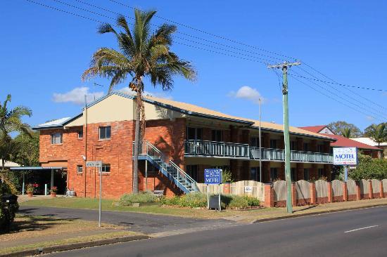 เชลลี่ บีช โมเต็ล: Motel viewed from the street (Esplanade)