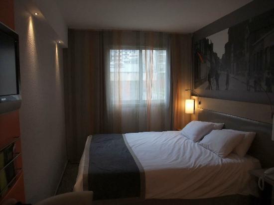 Hotel Mercure Paris 15 Porte de Versailles: Habitación de primer piso mientras llovía a cántaros.