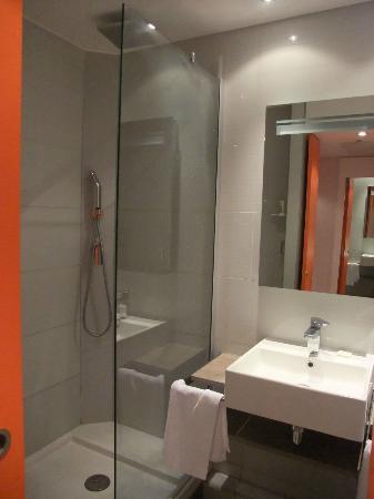 Hôtel Mercure Paris 15 Porte de Versailles: Zona de lavabo y ducha.