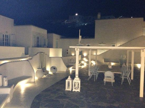 Mykonos Bay Hotel: The courtyard at night