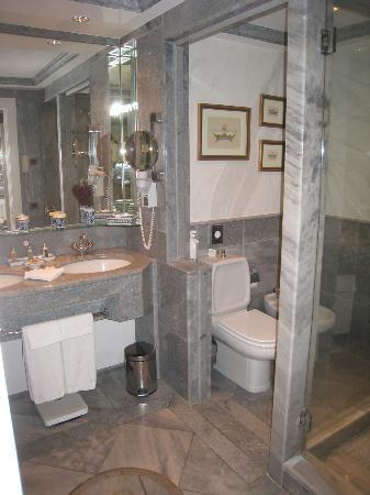 Olissippo Lapa Palace: Bathroom 1