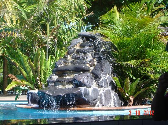 Amoa Resort: waterfall at pool