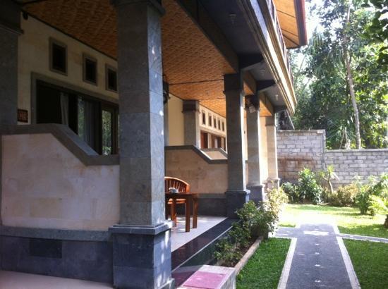 Adi Jaya Cottages: veranda