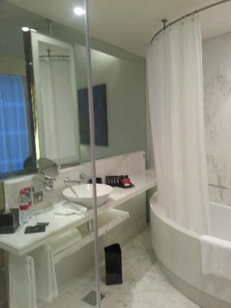 Media One Hotel Dubai: Bathroom in the Standard Room