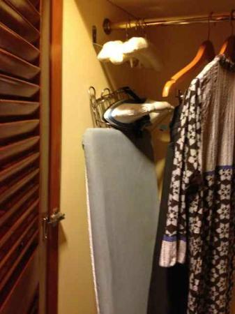 คอนราด ไคโร โฮเต็ล: Ironing board and iron