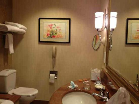 Conrad Cairo: Decent sized bathroom with fluffy towels