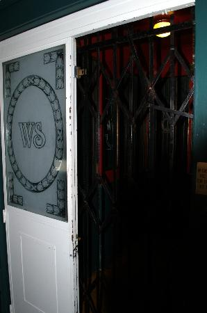 White Swan Inn: Gated elevator