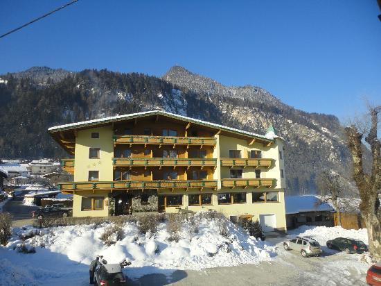 Hotel Gasthof Jäger: Ansicht von der Dorfstrasse