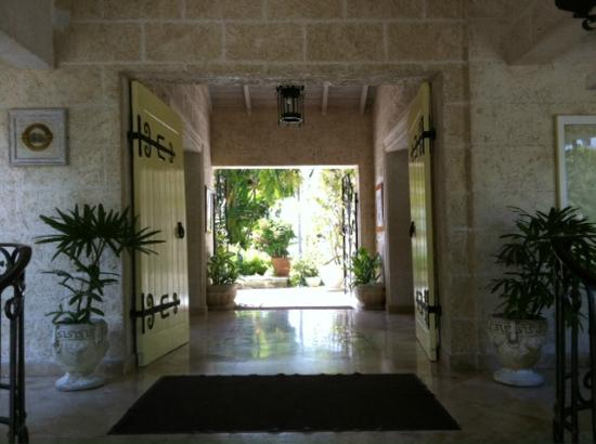 Coral Reef Club: entrance to hotel