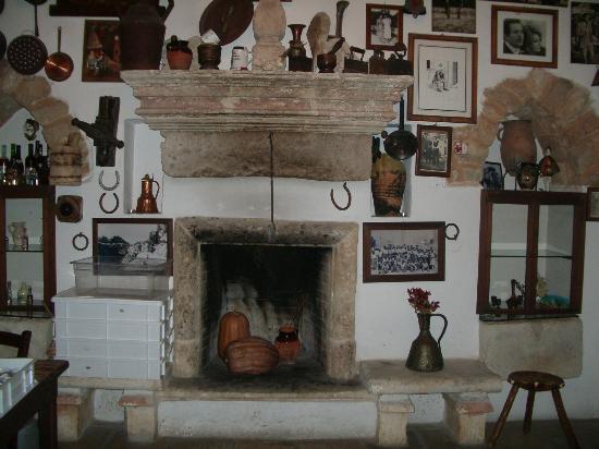 Chimenea de la cocina antigua - Picture of Parco dei Principi, Torre ...