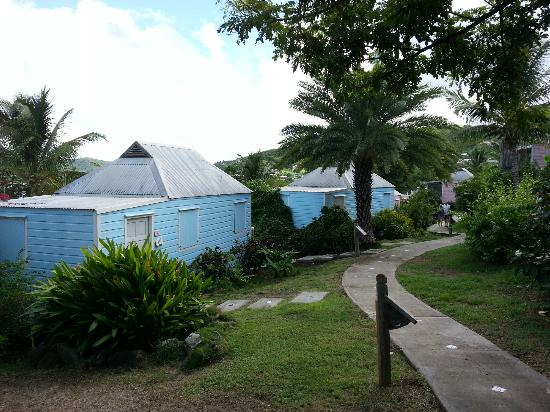 Cocobay Resort: Walking through the grounds to our cottage