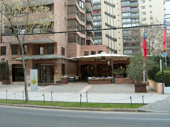 Plaza El Bosque San Sebastian: a la entrada bonito restaurante que sirve deliciosos desayunos (incluidos en el precio)