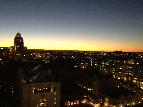 Radisson Blu Hotel Sandton, Johannesburg: Sunset over Sandton from my hotel room