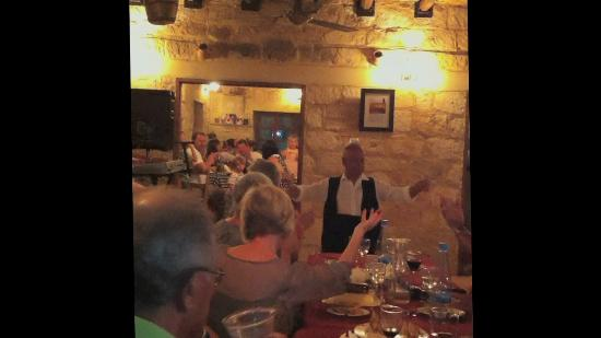 Yiannis Tavern: Balance the glass on your head