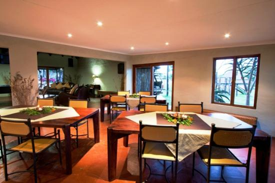 Zululand Safari Lodge: Spacious Living area, where guests are able to relax and unwind