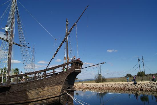 Muelle de las Carabelas: una carabela