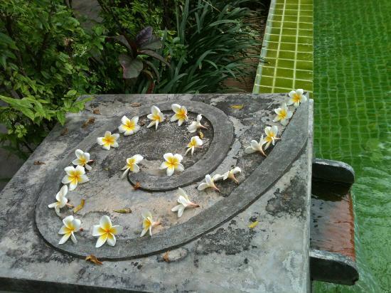 Punnpreeda Beach Resort: Leelawadii flowers on hotel's logo sculpture