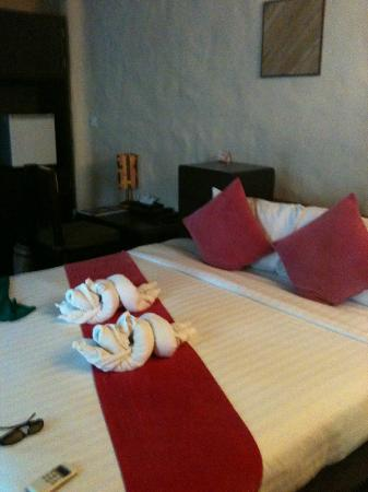 Punnpreeda Beach Resort: Room - Bed with hand-dyed pillows