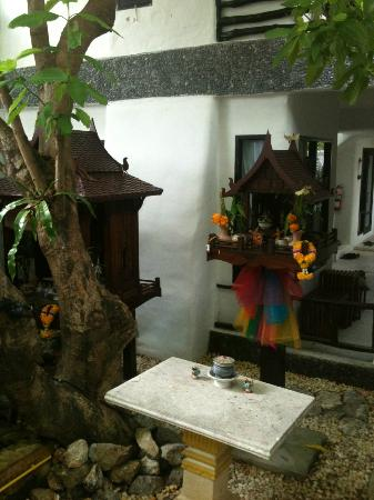Punnpreeda Beach Resort: Punnpreeda's got Spirit! Spirit Houses, that is :)