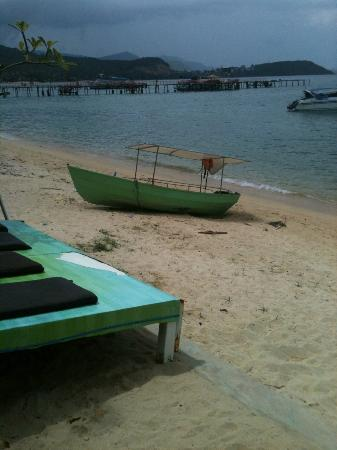Punnpreeda Beach Resort : Green Boat by the sea, in front of hotel