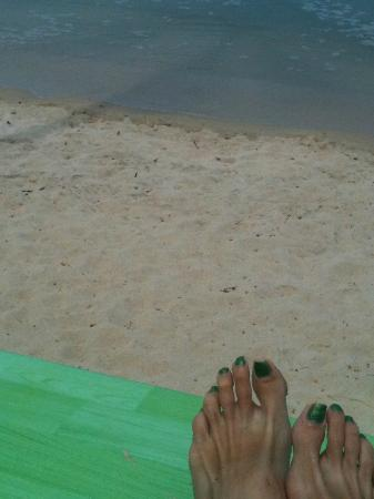 Punnpreeda Beach Resort: Green Sun Bed Platform with Green toenails