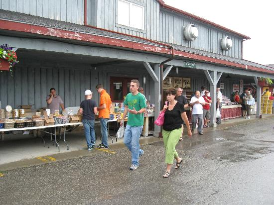 St. Jacobs Farmers Market: Trade in and outside the market